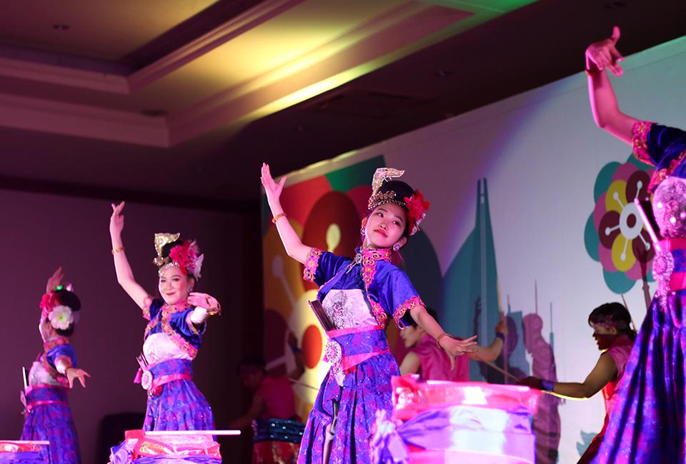 문화공연 때 멋진 춤을 추고 있다