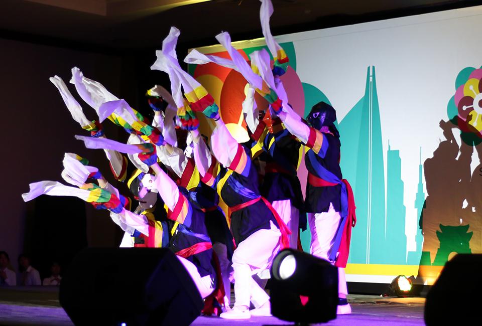 문화공연 공연장면 탈춤을 추고 있다.