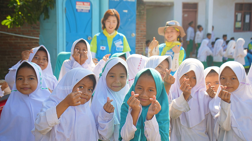 비욘드 봉사단원들과 수혜학교 학생들