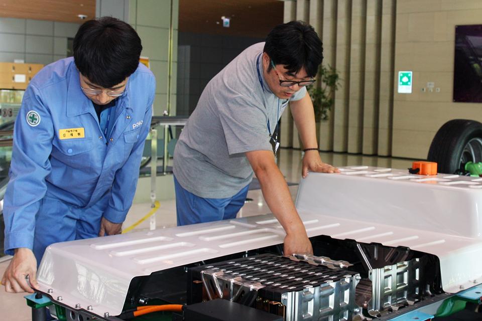 송도R&D센터에 전시된 포스코 전기차 배터리팩 PBP-EV (POSCO Battery Pack – Electric Vehicle). 가볍고 강한 기가스틸(흰색)이 배터리를 충격으로부터 안전하게 보호하고 전기차의 무게를 줄여준다.