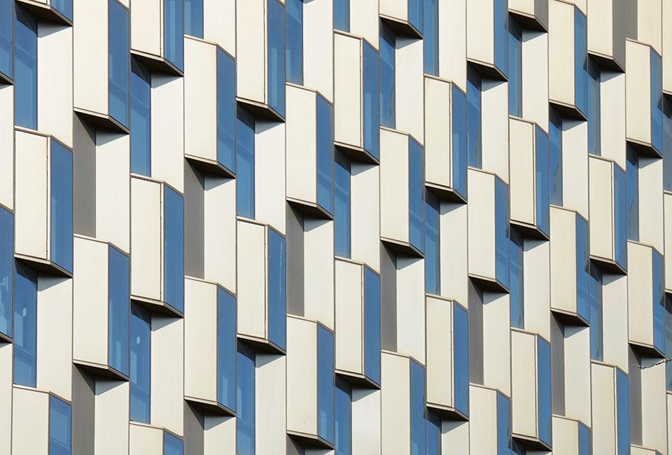 사다리꼴 모듈의 커튼월로 시공된 관정관 외벽. 이를 위해 비정형 디자인이 가능하고 타 소재 대비 높은 구조성능을 지닌 스틸커튼월이 채용됐다,