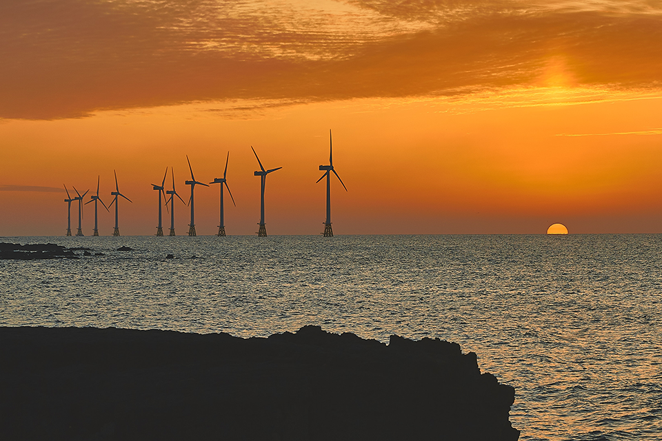 바람 많기로 유명한 '삼다도' 제주의 해상풍력발전기! 다양한 크기의 바람과 조류 및 파도의 영향을 받기 때문에 여러 외부 압력으로부터 견딜 수 있어야 해요.
