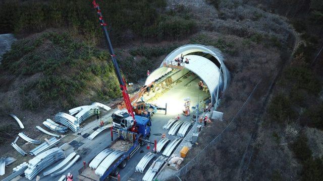 남원시 사매2터널을 파형강판을 이용한 보강공법으로 복구 하고 있는 모습을 위에서 조망한 사진.