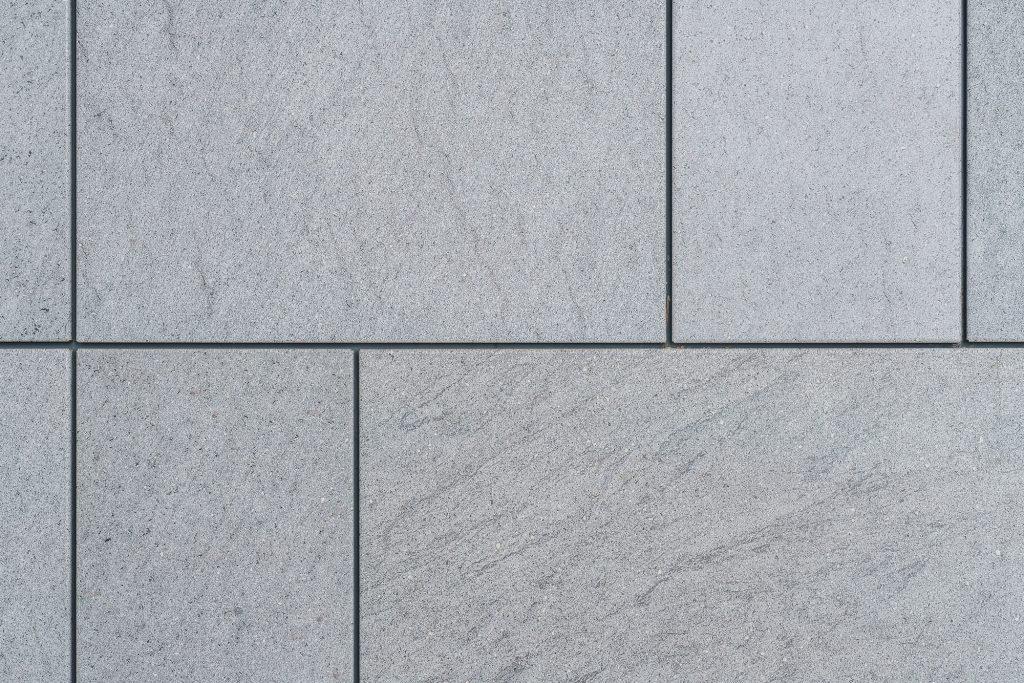 바살티나 무늬의 포스아트 내장재로 벽을 감싼 모습. 크고 작은 직사각형들이 붙어 있는 모양으로 기하학적이다.
