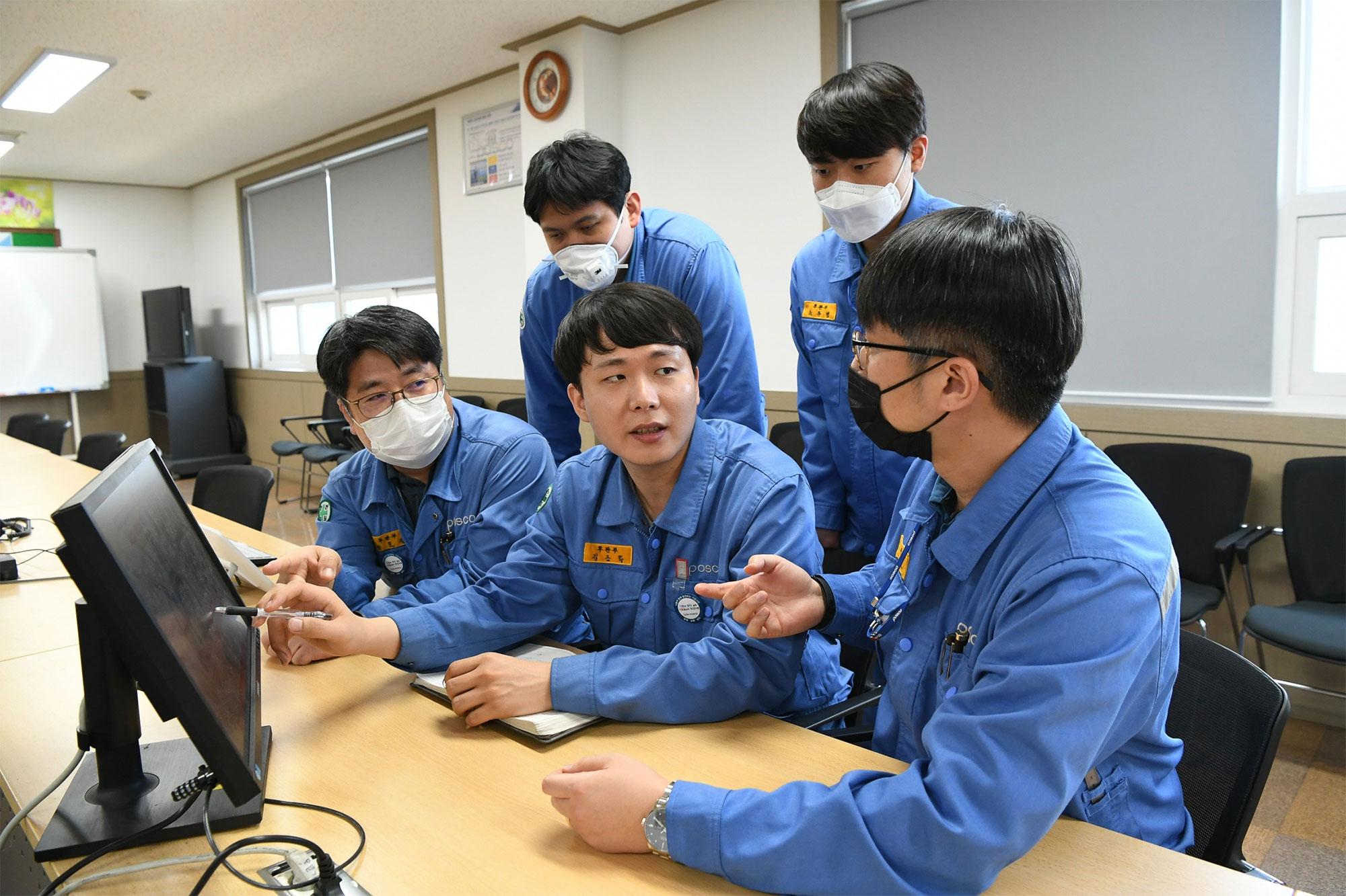 스틸챌린지 우승자 포스코 김근학 사원이 동료들과 대회를 준비하고 있다.