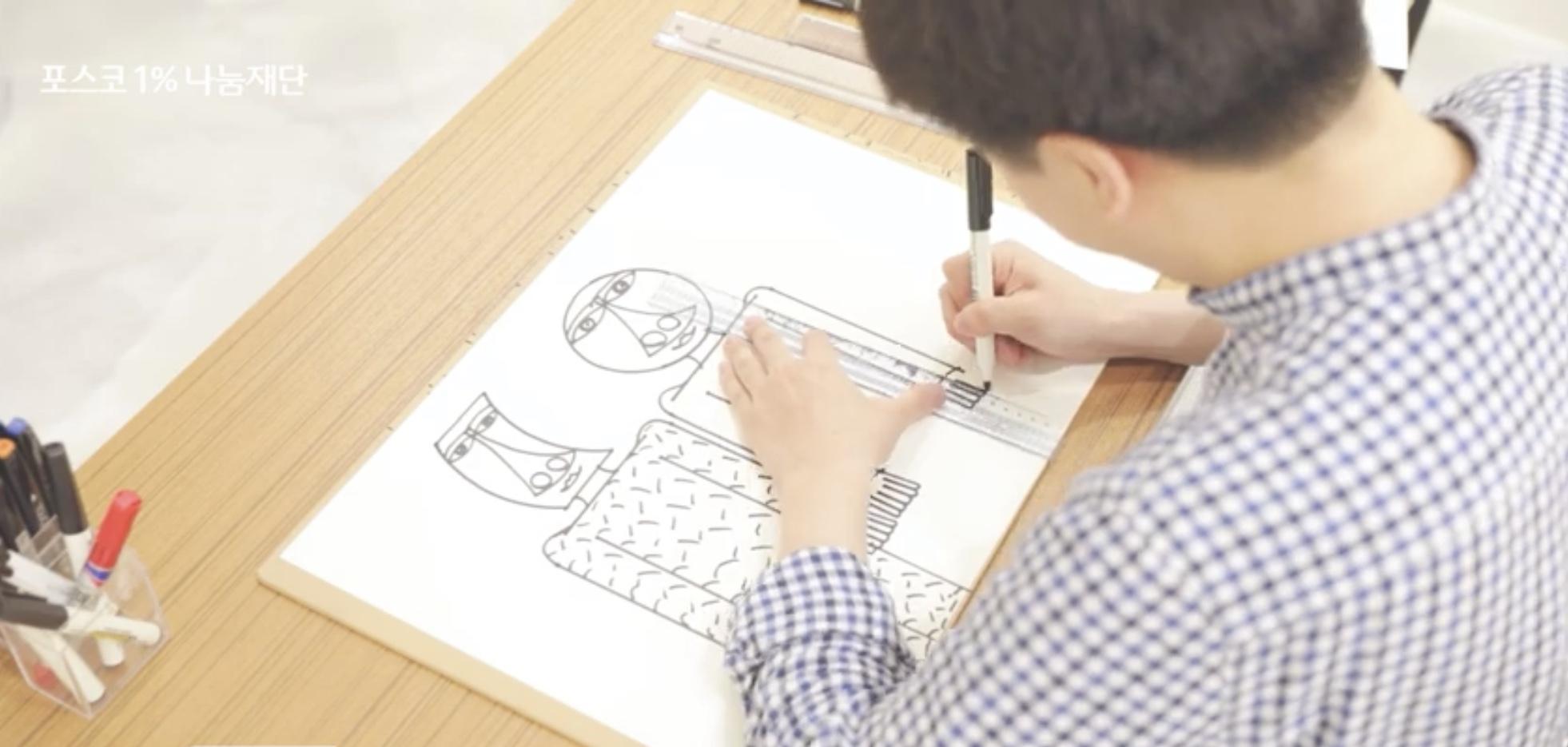 한부열 작가가 그림 작업을 하는 모습